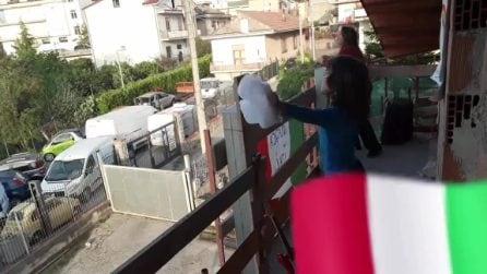 """Urla un """"Fratelli d'Italia"""" dal terrazzo: i vicini rispondono e cantano l'inno insieme"""