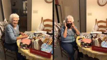A 89 anni cuce mascherine per tutti ascoltando i Beatles