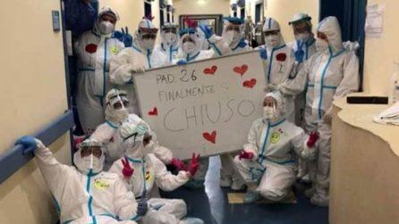 Chiude il padiglione Covid-19 a Parma: gli infermieri festeggiano