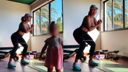 Georgina fa gli squat in dolce compagnia: l'allenamento in quarantena