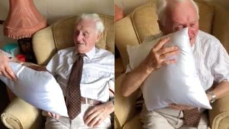 Riceve in regalo il cuscino con la foto della moglie morta: non riesce a trattenere le lacrime