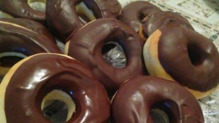 Ciambelle al forno ricoperte di cioccolato: la ricetta semplice e golosa
