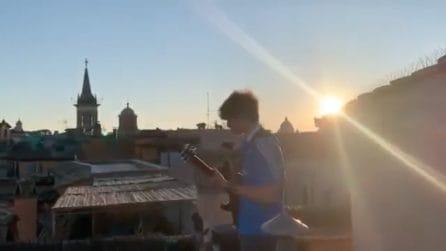 """Suona """"Sally"""" dai tetti di Roma, Jacopo sorprende anche Vasco Rossi"""