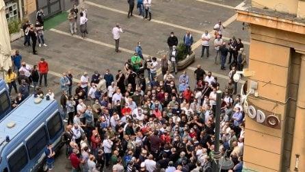 Napoli, la protesta dei tassisti: in 300 assembrati sotto Palazzo Santa Lucia