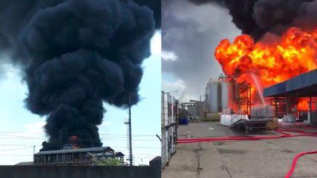 Venezia, esplosione in un'azienda chimica: enorme nube nera