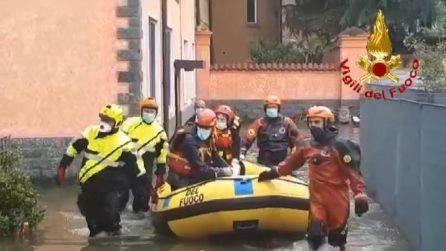 Pompieri evacuano con canotto famiglie da stabile nel Milanese