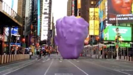 Una testa gigante rotola per le strade vuote di New York