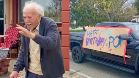 Nonno di 100 anni si commuove il giorno del suo compleanno appena scopre la sorpresa di suo nipote