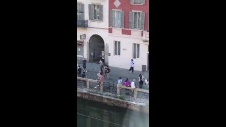 Milano, folla alla Darsena e sui Navigli per l'aperitivo: in tanti con la birra e senza mascherina