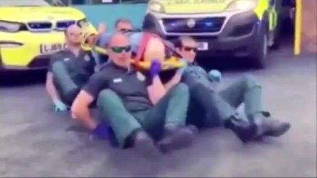 I soccorritori ballano con la barella sulle spalle: scoppia la polemica nel Regno Unito