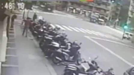 Genova, passa col rosso e provoca un incidente mortale scontrandosi con l'ambulanza