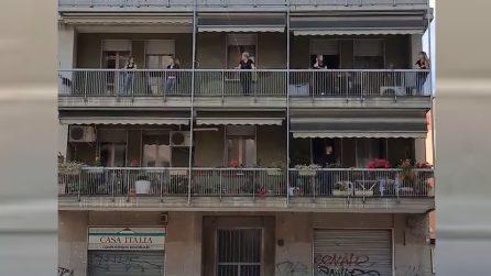"""Silvia Romano libera, i vicini di casa cantano sui balconi: """"Viva la libertà"""""""