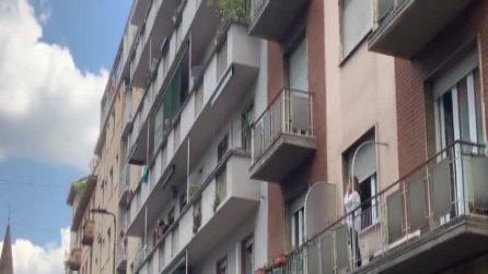 Milano, un lungo applauso e campane a festa accolgono l'arrivo in Italia di Silvia Romano