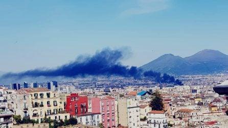 Napoli, vasto incendio nella zona industriale orientale: colonna di fumo sulla città