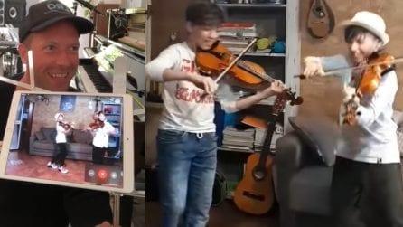 Chris Martin canta 'Viva la Vida' con due bambini violinisti siciliani