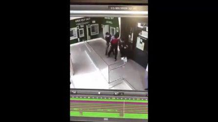 Aversa, rapinatori assaltano banca col mitra, ferito poliziotto