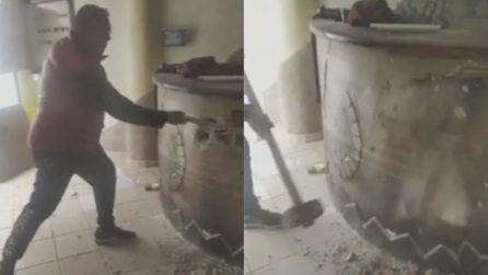 """Distrugge la sua pizzeria a martellate: """"Impossibile riaprire, grazie Covid-19"""""""