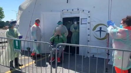 Cremona, il balletto dell'ultimo paziente dimesso dall'ospedale da campo della Ong Usa