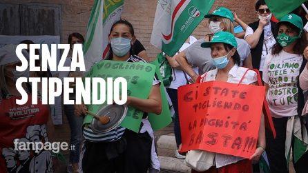 """Roma, lavoratori mense scolastiche protestano in Campidoglio: """"Così moriamo di fame"""""""