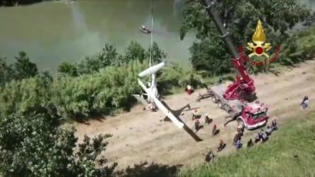 I vigili del fuoco recuperano il corpo di Daniele Papa, caduto con un aereo nel Tevere