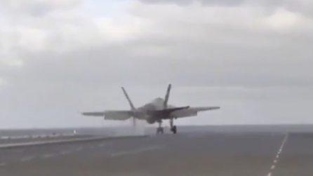 Il jet sembra finire in mare proprio nel momento del decollo: immagini da brividi