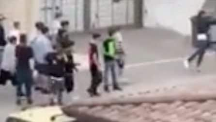 Rissa tra minori ad Aversa senza mascherina: molti assistono senza intervenire