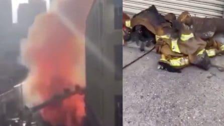 Los Angeles, vigili del fuoco provano a spegnere un incendio: 11 di loro restano feriti