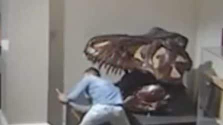Come in un film, entra di notte in un museo e vaga tra reperti storici, anche il selfie col T-Rex