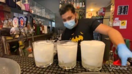 A Milano è di nuovo l'ora dell'aperitivo: torna lo spritz tra guanti e mascherine