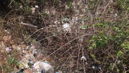 Vomero, i giardinetti Nino Taranto di via Aniello Falcone sommersi dai rifiuti