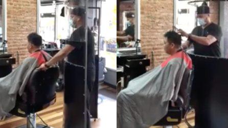 Il barbiere che ha inventato la barriera protettiva per lavorare in tutta sicurezza