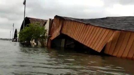 India, il ciclone distrugge l'aeroporto di Calcutta: le immagini devastanti