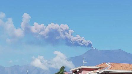 Eruzione dell'Etna provoca una colonna di fumo e cenere alta quasi 5 km