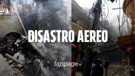 Pakistan, aereo con 95 passeggeri a bordo si schianta sulle case: il video dell'incidente