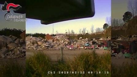 Si avvicina ai rifiuti abbandonati e innesta un rogo tossico: arrestato