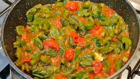 Peperoncini verdi con il pomodoro: la ricetta del contorno veloce e saporito