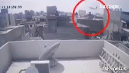 Pakistan, schianto aereo a Karachi: ci sono superstiti