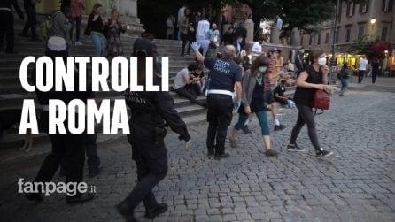 """Roma, i controlli nelle piazze della movida: """"Ci cacciano, ma meglio così che a casa"""""""