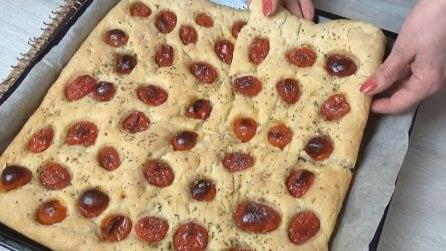 Focaccia semplice con pomodorini: la ricetta da servire al posto del pane
