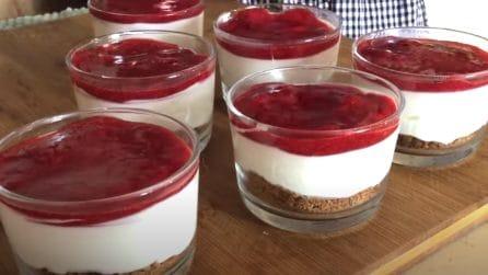 Mini cheesecake alle fragole: il dessert al cucchiaio che ti conquisterà