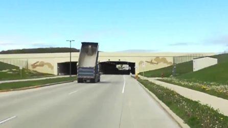 Lascia inavvertitamente il cassone del camion alzato: l'impatto con il ponte è spaventoso