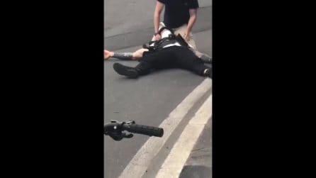 Brumotti aggredito a Milano: l'inviato viene soccorso in strada e portato in ospedale
