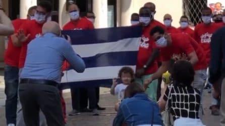 Tornano a casa i medici cubani: l'omaggio della gente e il saluto alla piccola mascotte Alessandro