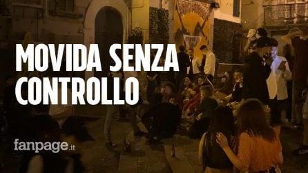 A Napoli migliaia di giovani in strada di notte: bar vendono alcolici a serranda abbassata
