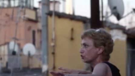 Fase 2, teatro sui tetti a Roma: l'attrice Toffolatti si esibisce per i condomini