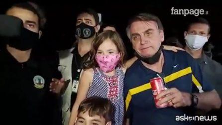 Coronavirus, Bolsonaro tra la folla a Brasilia: hotdog e Coca