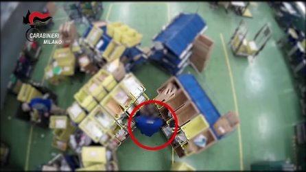 Smascherati dalla microcamera nascosta: così cinque dipendenti delle Poste aprivano pacchi e lettere