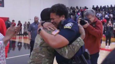 Soldato torna a casa dopo due anni e fa una sorpresa a sua madre: l'abbraccio commovente
