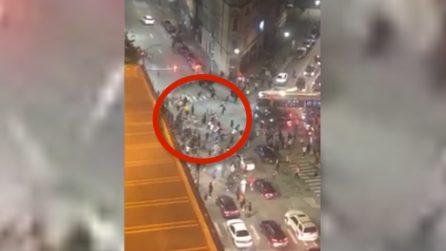 George Floyd, ucciso un ragazzo di 19 anni durante le proteste: il momento della sparatoria