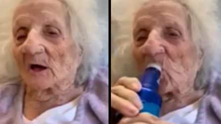 A 103 anni sconfigge il coronavirus e festeggia con una birra ghiacciata